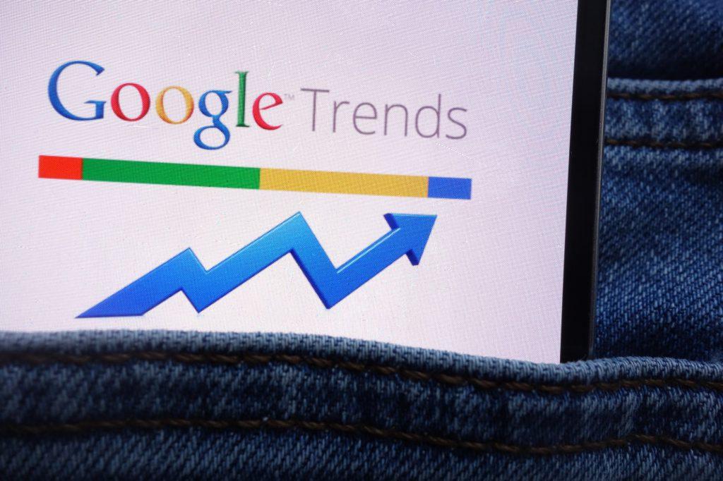 Google Trends auf Handy in Hosentasche